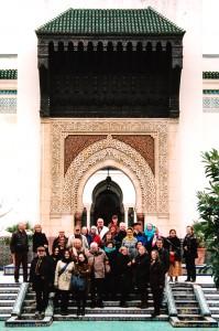 Die Reisegruppe im Garten auf den Stufen zum Moscheehof