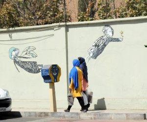 Vor der Mauer der früheren US Botschaft in Teheran (phot. Sophia Hackel 10/16)