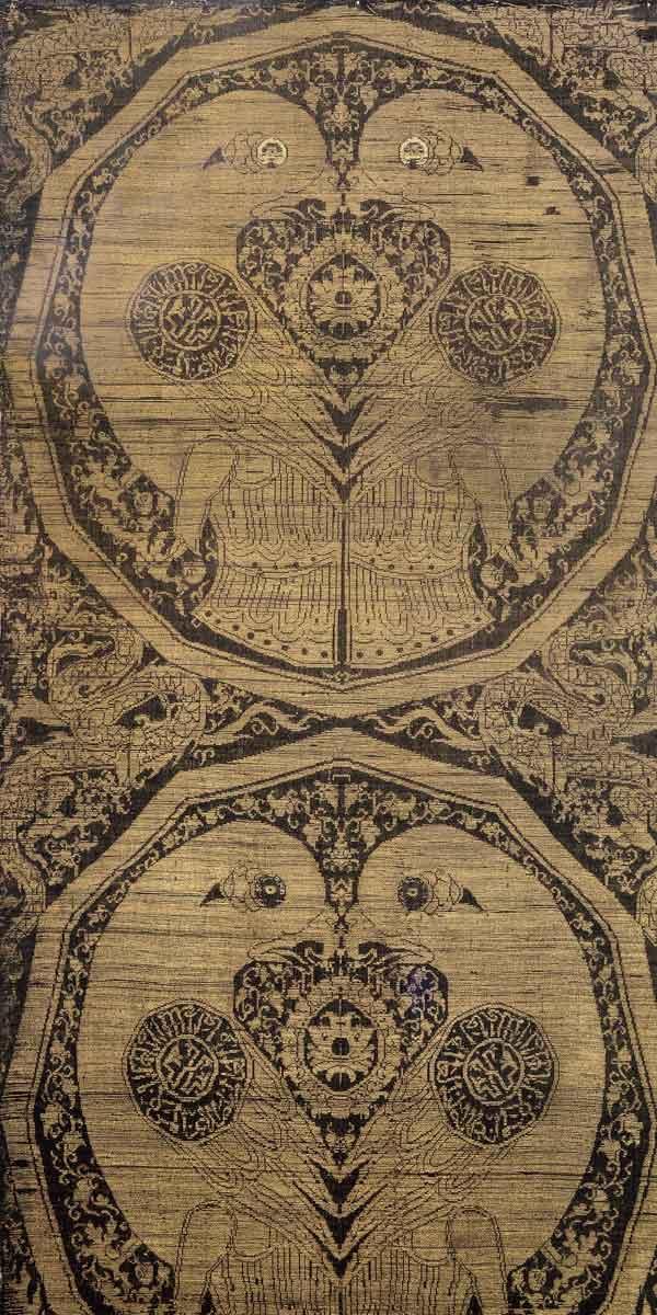 M 1 Seidengewebe mit Papageien (Fragment eines Chormantels), Zentralasien, in älterer Literatur auch China, 1. Hälfte 14. Jh. (vor 1341; Datierung aufgrund der Inschriften in den Medaillons auf dem Rücken der Vögel), H. 73 cm, B. 38,5 cm. Rechte Bahnhälfte eines Stoffes mit Webbreite ca. 77 cm; im Kunstgewerbemuseum Berlin gibt es eine nicht zugehörige linke Hälfte. Das Gewebe ist wohl das in der Literatur am häufigsten erwähnte Stück des Schatzes: von Karabacek 1870 (9) bis KAT. München 2010 (10). Foto: Walter Haberland.