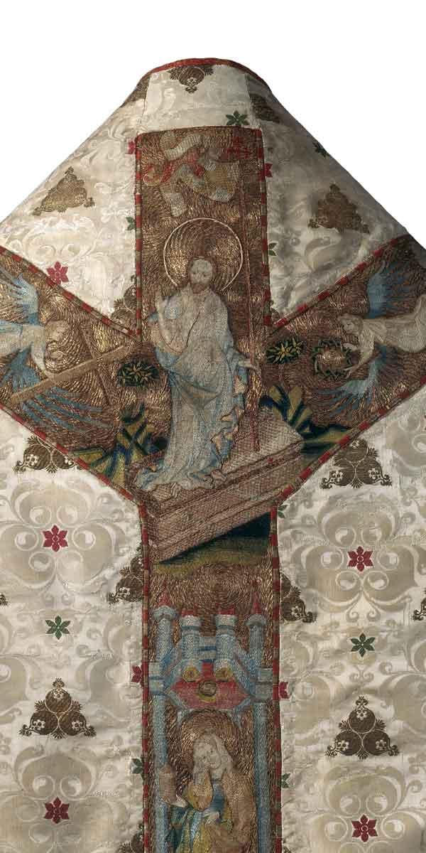 M 84 Beispiel für eine der zahlreichen Stickereien mit höchst feingezeichneten Figuren (hier wohl aus Böhmen), die von den Werkstätten in Danzig hinzugefügt wurden. Die Kasel (M 84) aus weißer italienischer Seide (um 1420), befindet sich ebenfalls im Germanischen Nationalmuseum (GNM). Auf dem ebenfalls sehr kostbaren Futterstoff aus Spanien befinden sich Lacksiegel, die belegen, dass diese Kasel zur Ausstattung des Hochaltars gehörte. Foto: Jürgen Musolf – Monika Runge (GNM).