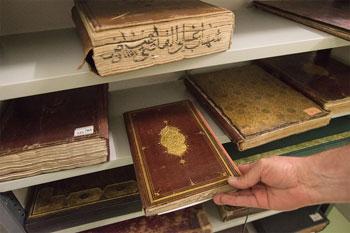 Wunderschön gebundene Bücher mit geprägten Lederbezügen, die mehrere Jahrhunderte alt sind, sind in der 25.000-bändigen Sammlung der Gazi Husrev-beg Library zahlreich. Im Mittelpunkt stehen Bücher, die Gazi Husrev-beg mitbrachte, als er 1521 als Gouverneur von Bosnien (heute Bosnien und Herzegowina) in Sarajevo eintraf. Unten, rechts: Lejla Gazié, ehemalige Direktorin des Orientalischen Instituts von Sarajevo, beobachtete hilflos, wie ihre Bücher verbrannten, nachdem serbische Nationalisten das Institut in der Nacht des 16. Mai 1992 bombardiert hatten. Sie tut sich immer noch schwer zu verstehen, warum sie die Bibliothek angegriffen haben.