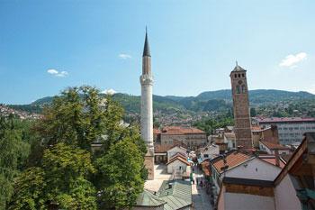Östlich der neuen Bibliothek Gazi Husrev-beg, die 2014 eröffnet wurde, befindet sich das erste Haus der Bibliothek, im Moschee- und Madrasa-Komplex aus dem 16. Jahrhundert, der von Husrev-beg erbaut wurde. Die Hügel rund um die Stadt, die während der Belagerung von Sarajevo Scharfschützen hielten, sind heute eine Postkartenkulisse für die Altstadt von Sarajevo.