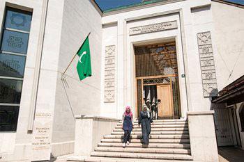 Die neue Bibliothek Gazi Husrev-beg verbindet Moderne mit Klassik und lädt die Besucher ein, sowohl ihre Bestände zu genießen als auch sich in ihrer historischen Umgebung inspirieren zu lassen. Drei Stockwerke aus Glas und Marmor mit Platz für 500.000 Bücher, Lesebereiche für Studenten, Forscher und die Öffentlichkeit und Naturschutzeinrichtungen, es wurde von der Regierung von Katar finanziert.